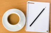 木製のテーブルの上のノート鉛筆コーヒー — ストック写真