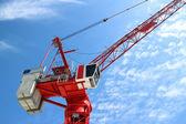 Czerwony dźwigu na budowie — Zdjęcie stockowe
