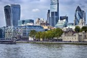 London city skyscrapers view over Thames River on cloudy day — Stock Photo