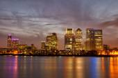 Skyline of London Canary Wharf at sunset with colorful light reflections on Thames River — Zdjęcie stockowe