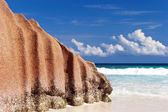 Big Granite stone on white sand beach on Indian Ocean island of Seychelles — Stock Photo