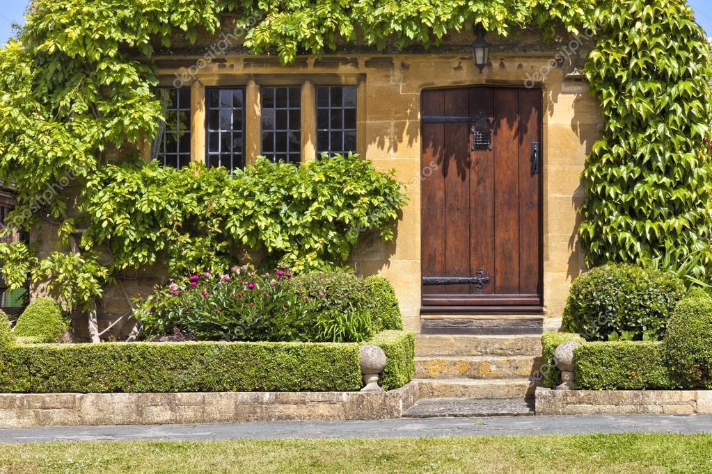 Entrada tradicional ingl s miel oro marr n empedrado casa for Puertas de madera para casas de campo