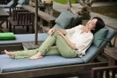 Açık havada oturma gevşeme kadın — Stok fotoğraf