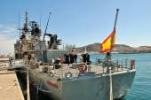 Warship that transports sailors docked in the port cities of spain — Foto de Stock