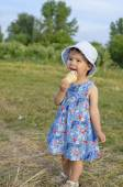 Beautiful little girl eats ice-cream in the summer — Stock Photo