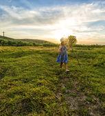 Маленькая девочка пастух с посохом потерял ее ягнят — Стоковое фото