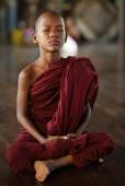 An unidentified Burmese Buddhist novice on December 6, 2012 in Yangon — Stock Photo