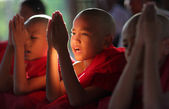 Unidentified Burmese novices praying at a Buddhist novice hood initiation ceremony — Stock Photo