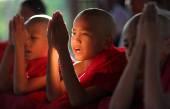 Unidentified Burmese novices praying at a Buddhist novice hood initiation ceremony — Stock Photo
