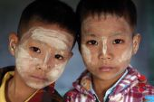 Twins with Thanaka in a monastic school in a village near Mandalay — Stock Photo