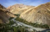 Himalayan mountain range and riverbed in the morning light near Wanla — Foto de Stock