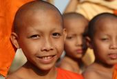 Unidentified Buddhist novices in Vat Xieng Thong — Stock Photo