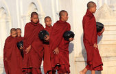 Unidentified Burmese Buddhist monks — Stock Photo