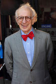 Nobel Prize winner Eric Kandel discusses with the audience at the film premiere — Stock Photo
