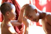 An unidentified Burmese novice getting shaved at a Buddhist novice hood — Stock Photo