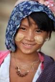 An unidentified smiling Burmese girl — Stock Photo