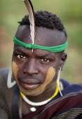 Mursi warrior with traditional face painting in Lower Omo Valley, Ethiopia — Stock Photo