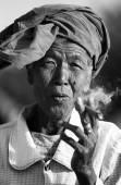 Old woman smoking a in Myanmar (Burma) — Stock Photo