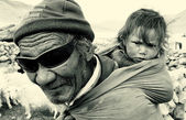 Old nomadic man with child, Ladakh, India — Stock Photo
