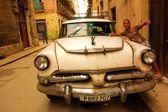 Boy and a classic American car in Havana, Cuba — Stock Photo