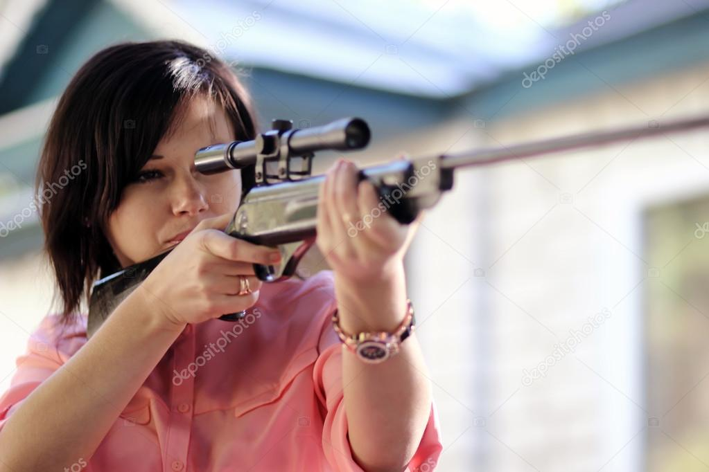 Девушка с винтовкой в руках фото