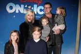 Tori Spelling and Dean McDermott with children — Stock Photo