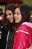 Victoria Justice  and fan — Stockfoto