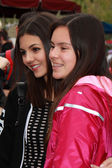Victoria Justice  and fan — Stock Photo