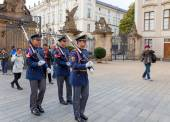 Prague. Soldiers guard of honor near the Presidental palace. — Foto de Stock