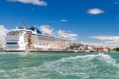 The ocean liner near the pier. Venice. — ストック写真