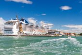 The ocean liner near the pier. Venice. — Stockfoto