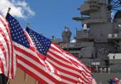US Flags Flying Beside the Battleship Missouri Memorial, with Four Sailors — Stockfoto