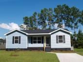 Powderblue einkommensschwachen einstöckiges Haus mit Veranda. — Stockfoto