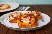 Puff pastry breakfast - egg, bacon and cheese — Stockfoto
