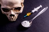 Skulle, Syringe and drugs on a spoon — Stock Photo