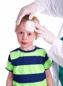 Boy has injury on forehead and gets help by the Doctor — Stock Photo