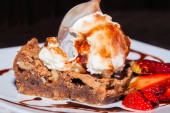 Brownie with ice cream and strawberry, delicious dessert — Stock Photo