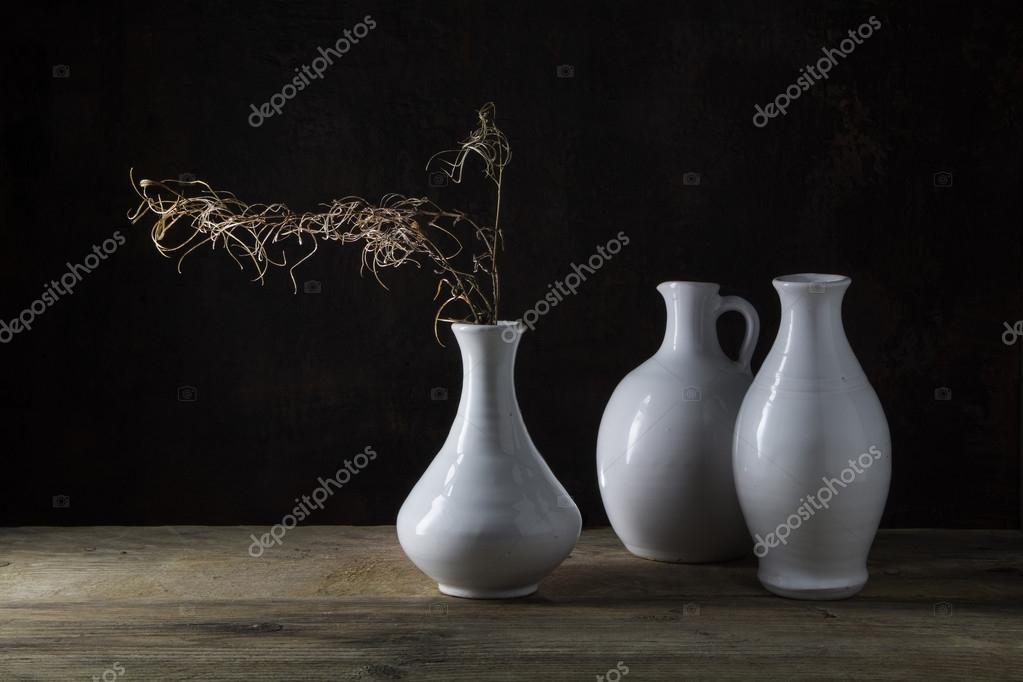 흰색 화병과 소박한 나무 테이블 aga에 마른 나뭇가지의 그룹 ...