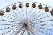 Ferris wheel against blue sky, frontal view — Stock Photo