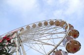 Ferris wheel on a funfair against blue sky — Stock Photo