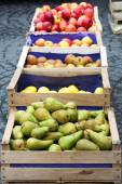 Wooden crates with pears and apples — Stock Photo