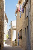 Narrow street with old houses and laundry in south Europe — Stock Photo