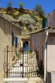 Garden gate between typical houses in a small mountain village, — Stock Photo