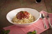 Spaghetti dinner with tomatoes sauce and basil close up — Stockfoto