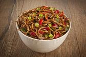 Tigela de macarrão com legumes — Foto Stock