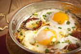 Turkish sausage sucuk with egg in copper pan turkish breakfast meal — 图库照片