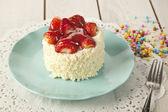 Beautiful cake with strawberries , white chocolate and cream — Foto Stock
