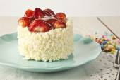 Beautiful cake with strawberries , white chocolate and cream — Stock Photo
