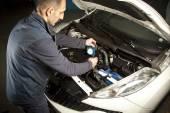 Auto-Mechaniker arbeiten in der Garage. Reparatur-service. — Stockfoto