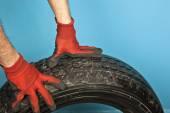 Mecânico de automóveis com pneus — Fotografia Stock